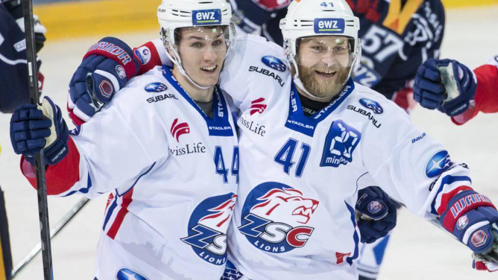 Die ZSC-Spieler Suter und Thoresen (von links) freuen sich über die 1:0-Führung
