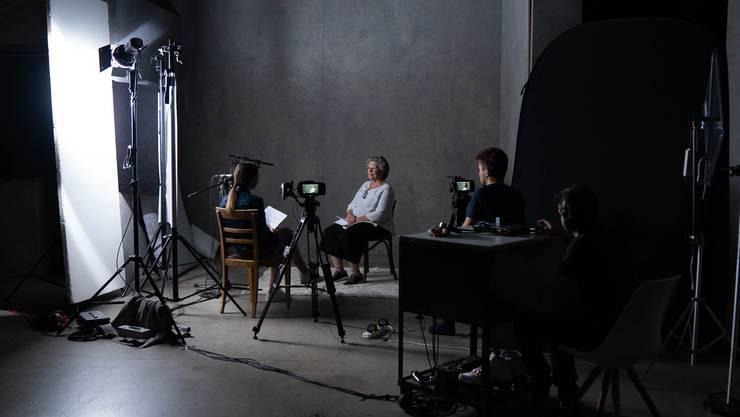 Daniela Wildi nimmt im Studio in Winterthur zusammen mit ihrem Team eine Szene des Films auf und interviewt dafür eine Betroffene.