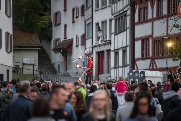 In luftiger Höhe jongliert Kaspar Tribelhorn und entzündet eine Tischbombe auf seinem Kopf
