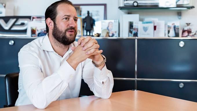 Schiffe, Busse, Reiseträume – Karim Twerenbold in seinem Büro am Hauptsitz des Aargauer Reiseunternehmens in Rütihof.