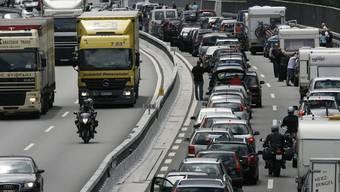 Vor dem Gotthard-Nordportal stauen sich die Fahrzeuge (Archiv)