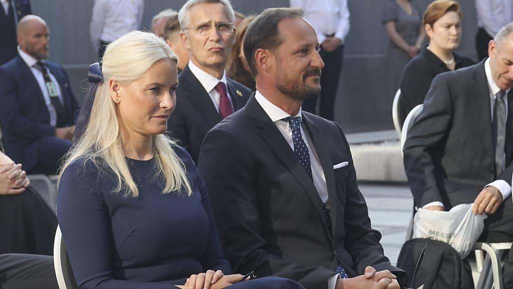 Der Kronprinz von Norwegen, Haakon Magnus (M-r), sitzt neben seiner Frau Mette-Marit von Norwegen(l-r) während der Gedenkfeier anlässlich des 10. Jahrestages der Terroranschläge in Oslo und auf der Insel Utøya. Haakon sagte, es sei eine kollektive Verantwortung, gegen Rechtsextremismus vorzugehen. Foto: Geir Olsen