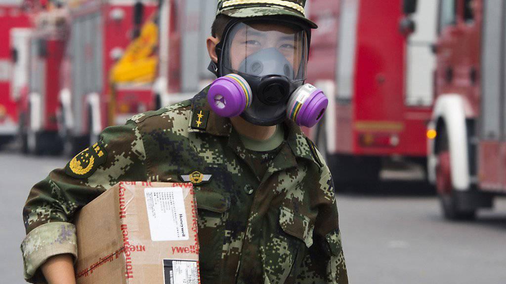 Ein Feuerwehrmann im Einsatz im Explosionsgebiet von Tianjin südlich von Peking.