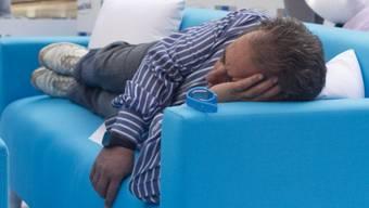 Mann schläft im Einkaufszentrum