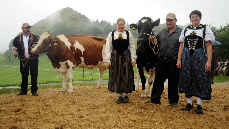 Die schönste heisst Elidida (rechts) mit Bauer René Allemann. Birka (links) von Bauer Justus Schlegel hat des schönste Euter.