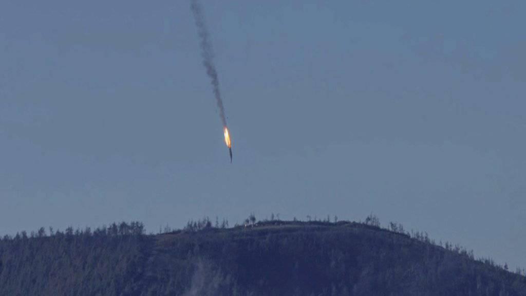 Das abgeschossene russische Flugzeug - die beiden Piloten katapultierten sich mit dem Schleudersitz hinaus. Einer kam dennoch ums Leben, der andere soll nun gerettet worden sein.