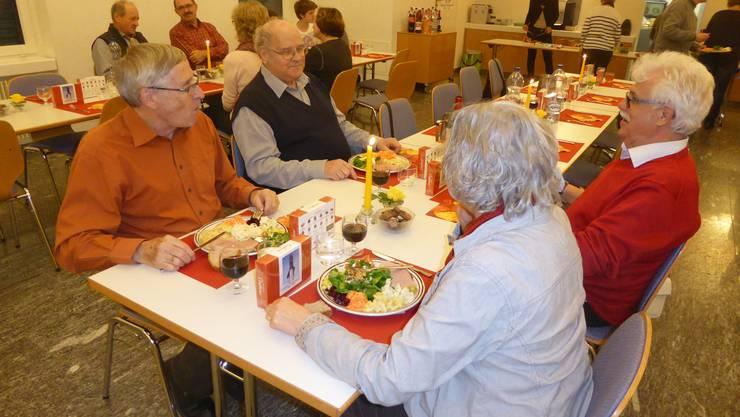 Geselliges Kerzenziehen-Helferessen im reformierten Kirchgemeindehaus Oberentfelden.