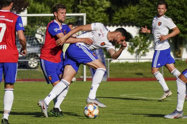Fabian Frei versucht, Kemal Ademi zurück zu halten.
