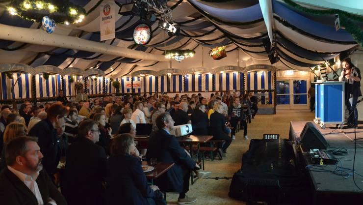 Über 200 Leute fanden sich am Mittwochabend im Wiesengaudi Zelt auf dem Goldschlägiplatz ein, um zu erfahren, was das Schlierefäscht 2015 in genau einem Jahr zu bieten hat