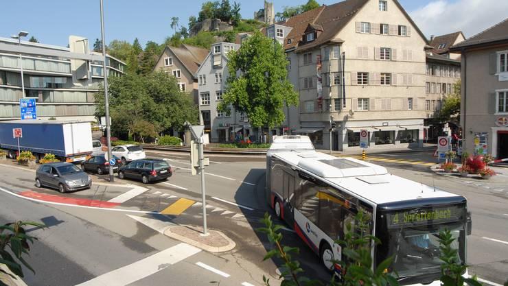 Busse auf dem Schulhausplatz