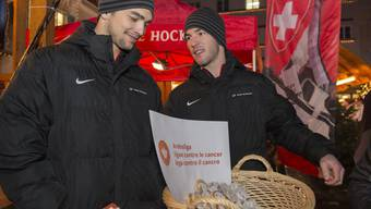 Cody Almond (l.) und Dan Fritsche an einem Charity-Anlass am Churer Christkindli-Märit.