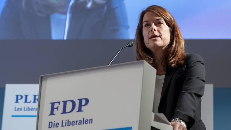 FDP-Präsidentin Petra Gössi schult die Freiwilligen und Kandidaten.