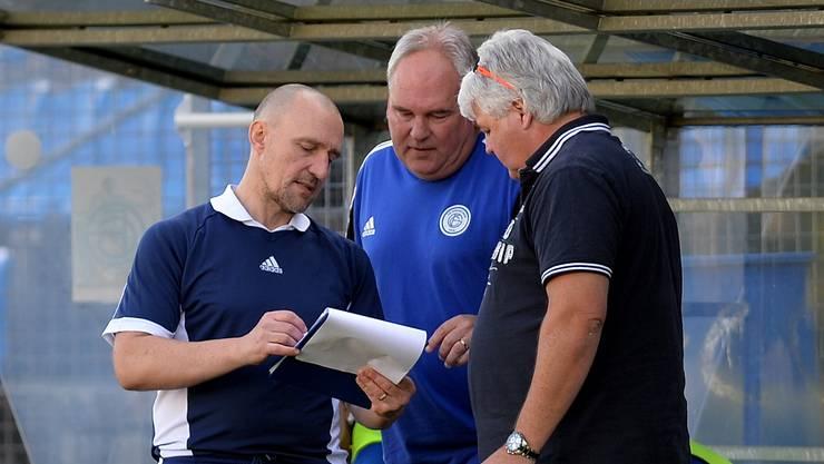Was tun? Trainer Patrick Bösch, Assistent Roland Güggi und Sportchef Renato Brun (v.l.) beraten sich.