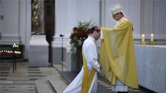 Am vergangenen Sonntag ist Pascal Eng von Bischof Felix Gmür zum Priester geweiht worden. Am Donnerstag hat er seine Primiz, also die erste selbst gehaltene Messe nach der Weihe, zuhause in Niedergösgen gehalten.