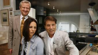Udo Jürgens mit seinem Manager Freddy Burger und der TV-Moderatorin Vera Russwurm 2007 in seiner Dachwohnung am Zürcher Bellevue. Mehr als anderthalb Jahre nach seinem Tod wurde jetzt ein neuer Mieter für die schmucke Bleibe gefunden. (Archivbild)