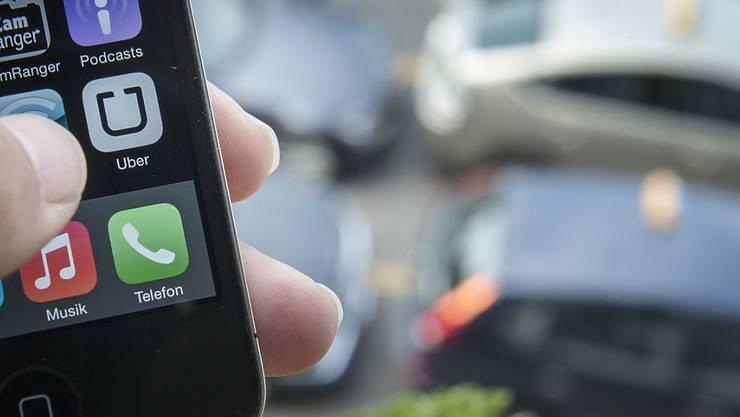 Der US-Fahrdienst Uber bezahlt für seine Fahrer weder Sozialabgaben noch Unfallversicherungen. (Archiv)