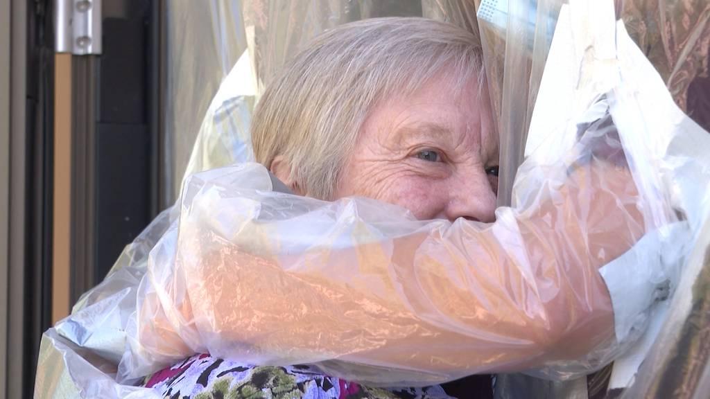 Pflegeheim Steffisburg macht untersagte Umarmungen mit Plastikvorhang möglich