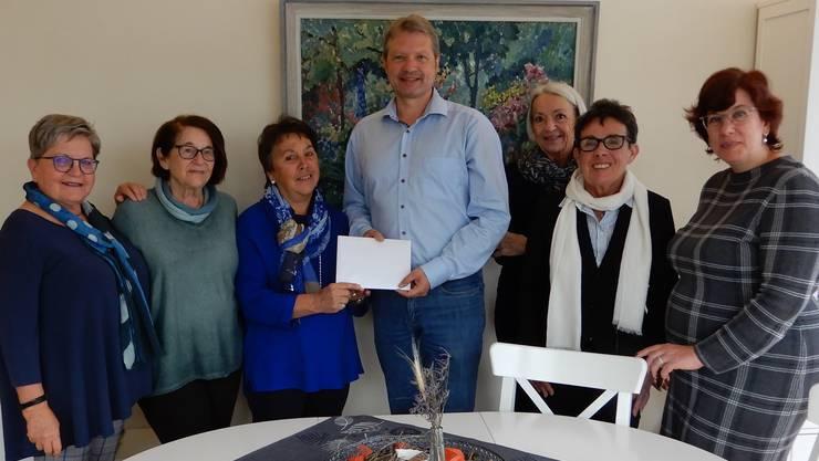 Dieter Hermann wird vom Vorstand der Gemeinnützigen Frauen Aarau eine Spende von Fr. 15'000.-- überreicht