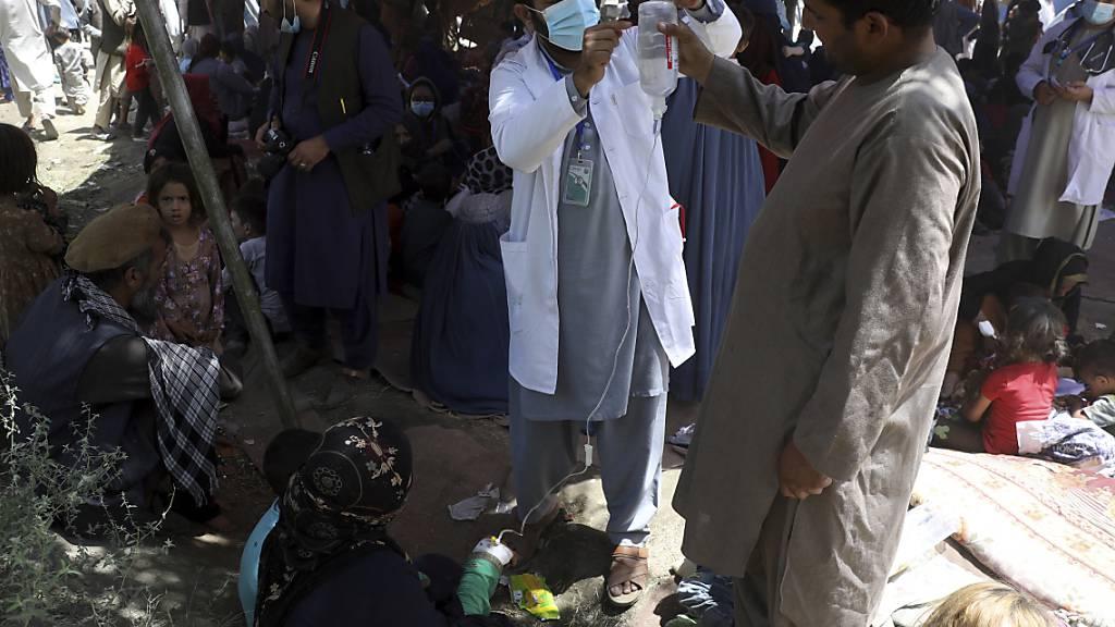 Binnenvertriebene Frauen aus den nördlichen Provinzen, die aufgrund von Kämpfen zwischen den Taliban und afghanischen Sicherheitskräften aus ihrer Heimat geflohen sind, werden in einem öffentlichen Park medizinisch versorgt. Foto: Rahmat Gul/AP/dpa