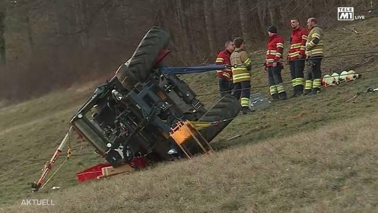 Unfall in Stüsslingen: Unter diesem Traktor wurde ein Landwirt eingeklemmt
