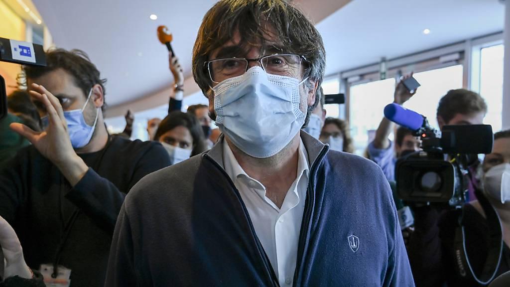 Carles Puigdemont (M.), katalanischer Separatistenführer und Europaabgeordneter, trifft zu einer Ausschusssitzung im Europäischen Parlament ein. Foto: Riccardo Pareggiani/AP/dpa