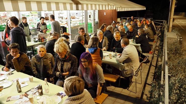 Die Wahlkampfveranstaltung fand beim Quartierladen «Chrättli» statt. Die Kandidaten (am unteren Tischende) stellten sich den Fragen der Bevölkerung.