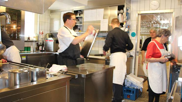 Der Startschuss zum Umbau: Die Familie Hinzer (-Binz) am Ausräumen der Küche.