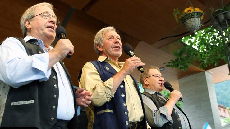 Viktor Eugster (links), Alex Eugster (mitte) und Guido Eugster, bekannt als Trio Eugster, während eines einmaligen Konzertes am Sonntag, 5. Juni 2011 am Heirassafestival im Pavillon am See in Weggis.