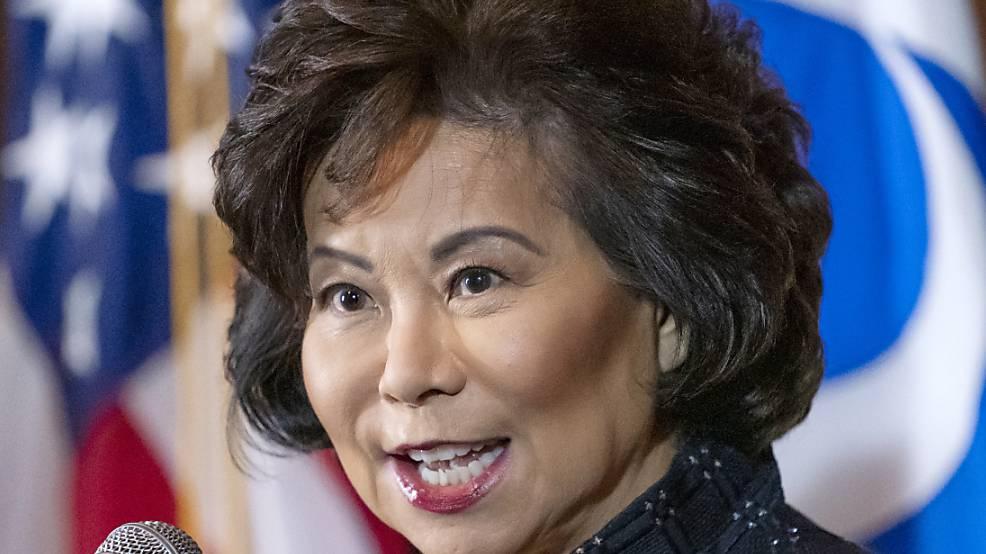 US-Verkehrsministerin Elaine Chao spricht in der US-Umweltschutzzentrale. Einen Tag nach dem Angriff auf das Kapitol durch Anhänger von US-Präsident Donald Trump ist ein erstes Mitglied seines Kabinetts zurückgetreten.
