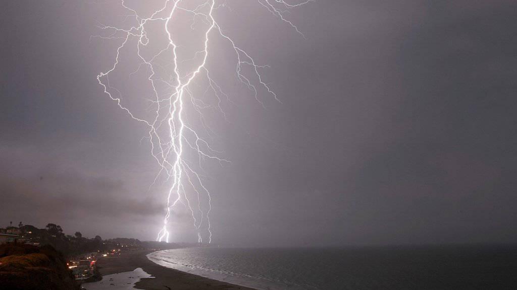 Laut spanischen Medienberichten wurde ein Schweizer Paar am Freitag auf Mallorca von einem Blitz getroffen und verletzt. (Symbolbild)