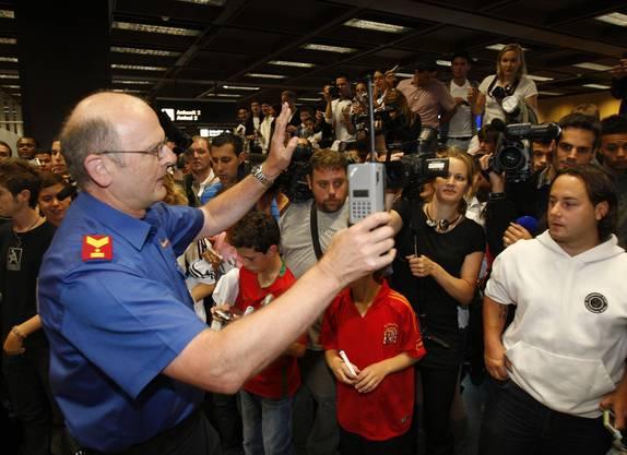 ...so viele, dass auch die Sicherheitskräfte überfordert erscheinen...