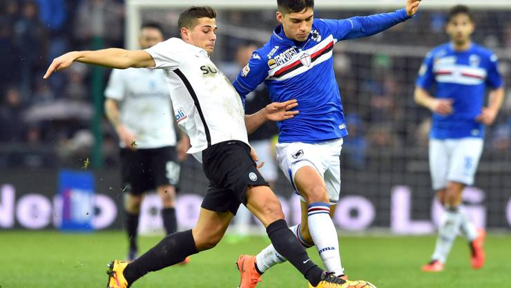 Zur Stelle: Remo Freuler (links) trennt Sampdoria Genuas Carlos Joaquin Correa sauber vom Ball