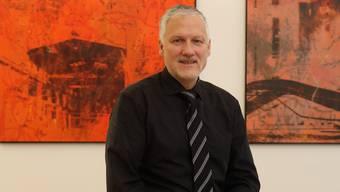 Im Büro von eigenen Bildern umgeben: Peter Gomm