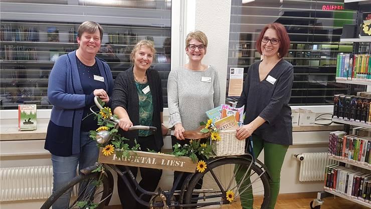 Mit dem Bibliotheksvelo machen die Fricktaler Bibliotheken (im Bild das Team von Möhlin) derzeit auf sich aufmerksam.
