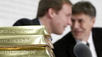 Schokolade als Goldbarren neben Lukas Reimann (l.) und Luzi Stamm