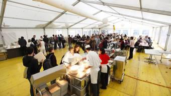 Abzapft is. . . Die Festzelt-Atmosphäre ist für die Studentinnen und Studenten vorbei. Jetzt essen sie wieder in der sanierten und neugestalteten Mensa. (Bild: Andreas Frossard)