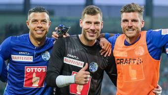 Am Schluss jubeln die Luzerner Lucas Alves, Marius Müller und Pascal Schürpf (von links) über den glücklichen Sieg in St. Gallen.