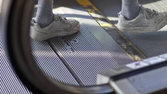 Ein Mann betritt eine Rolltreppe von Schindler (Archiv)