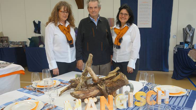 Rolf Hubeli feierte am Freitag bei der Vernissage in Habsburg den 90. Geburtstag. Von ihm stammt das Gedicht, das die Basis der Ausstellung ist von seinen Töchtern Marianne Wolleb (links) und Esther Hubeli  darstellt.