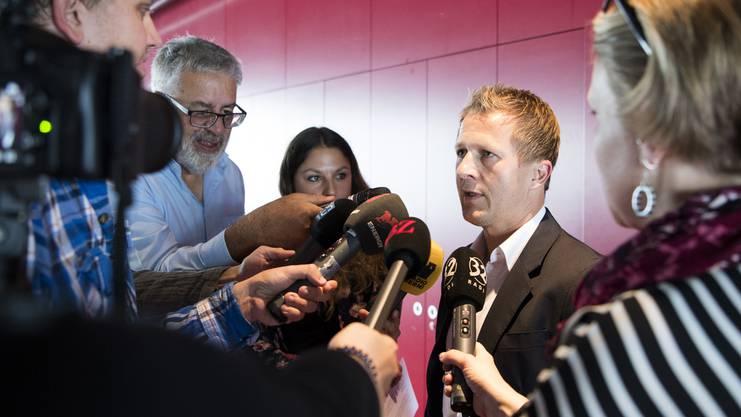 Ruhig beantwortet Spycher die Fragen der Journalisten.