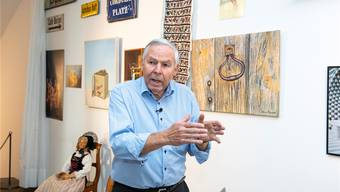Sepp Schmid erzählt die Geschichten seiner Exponate im Museum.
