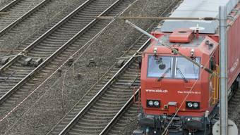 Vom Zug erfasst - eine Unaufmerksamkeit reicht (Symbolbild)
