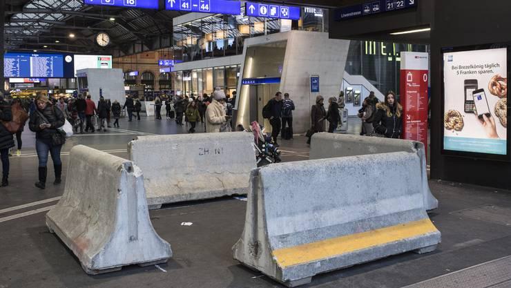 Viele Passanten sind der Ansicht, dass die Betonelemente am Hauptbahnhof falsch ausgerichtet und darum nutzlos seien.