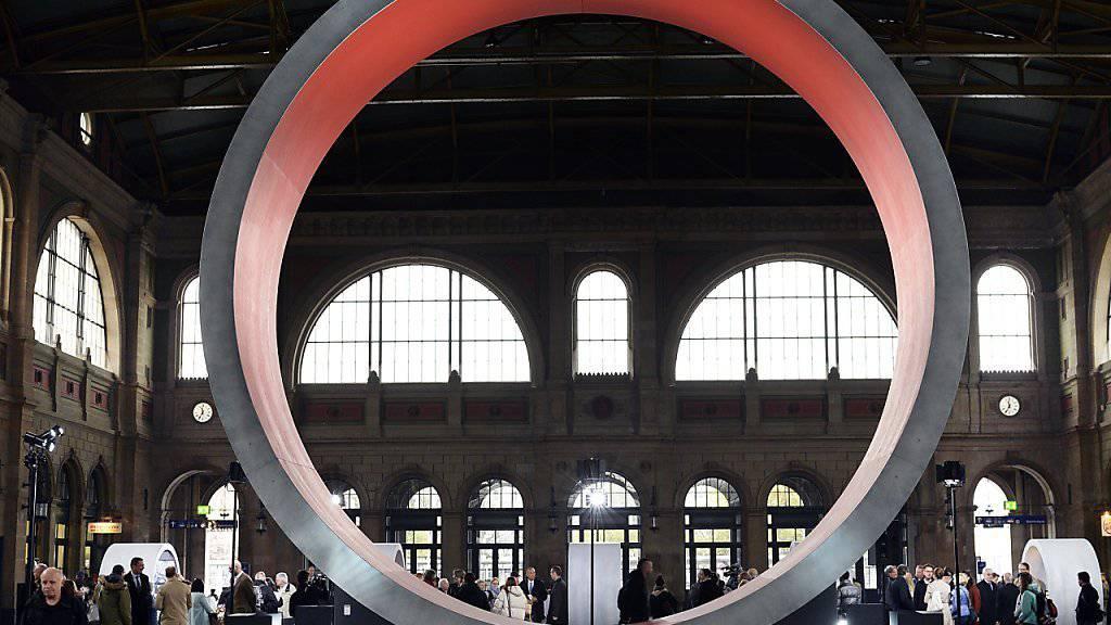 Seit dem 1. Juni läuft der Countdown zur Eröffnung des Gotthard-Basistunnels.  Im Zürcher Hauptbahnhof - und später an verschiedenen weiteren Bahnhöfen - kann die Bevölkerung bereits jetzt eine virtuelle Reise durch den längsten Eisenbahntunnel der Welt erleben.