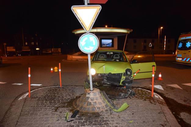 Balsthal SO, 20. Januar: Eine Autolenkerin kollidiert mit einem Betonsockel und verletzt sich. Das Auto wurde stark beschädigt und anschlissend abgeschleppt.