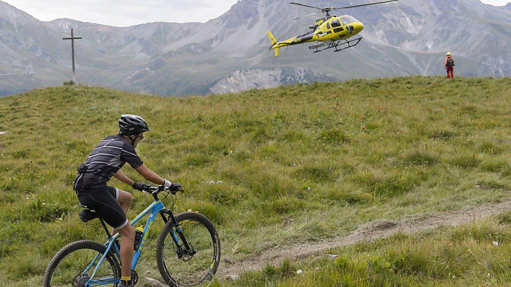 """Dieser Teilnehmer des """"Swiss Mountain Bike Marathon Grand Raid"""" von Verbier nach Grimentz war im Sommer 2016 die Berge im Wallis noch selbst hochgefahren und nicht hochgeflogen, wie die rund 2000 anderen Sportler auch. (Archiv)"""