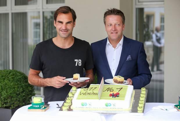 In Halle wird Roger Federer immer überschwänglich begrüsst und mit einem grossen Kuchen empfangen.