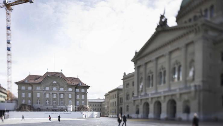 Das Bundeshaus im Schatten der Nationalbank: Politiker machen Druck auf die Politik der SNB.
