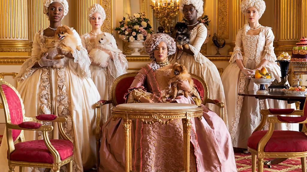 ARCHIV - Golda Rosheuvel (M) als Königin Charlotte in einer Szene aus der Serie «Bridgerton».