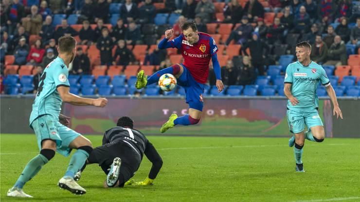 Luca Zuffi bezwingt Thun-Goalie Guillaume Faivre per Abstauber zum 3:1 und sorgt damit für die Entscheidung. Bild: Keystone